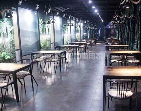 餐厅家具厂家简述为什么这么多人使用实木桌椅?